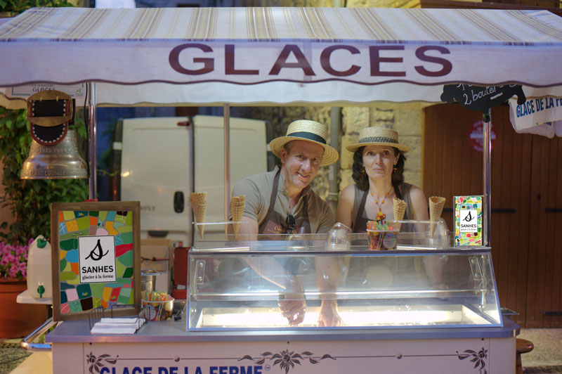 Accueil chaleureux et vente de glaces artisanales avec La Ferme de la Planque en Aveyron