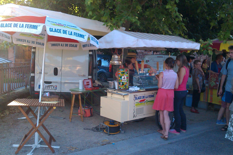 Stand au marché avec la vente de glaces artisanales, Glace de la Ferme à Sainte-Radegonde